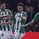 Rubén Castro celebra el gol con Sanabria.