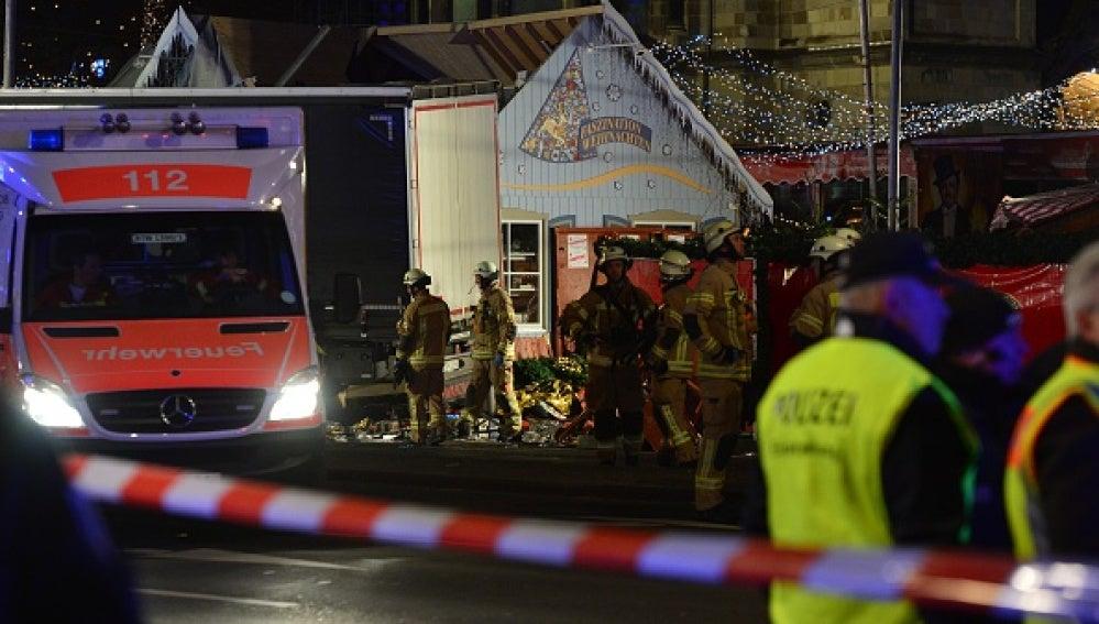 Equipos de emergencias cerca del camión