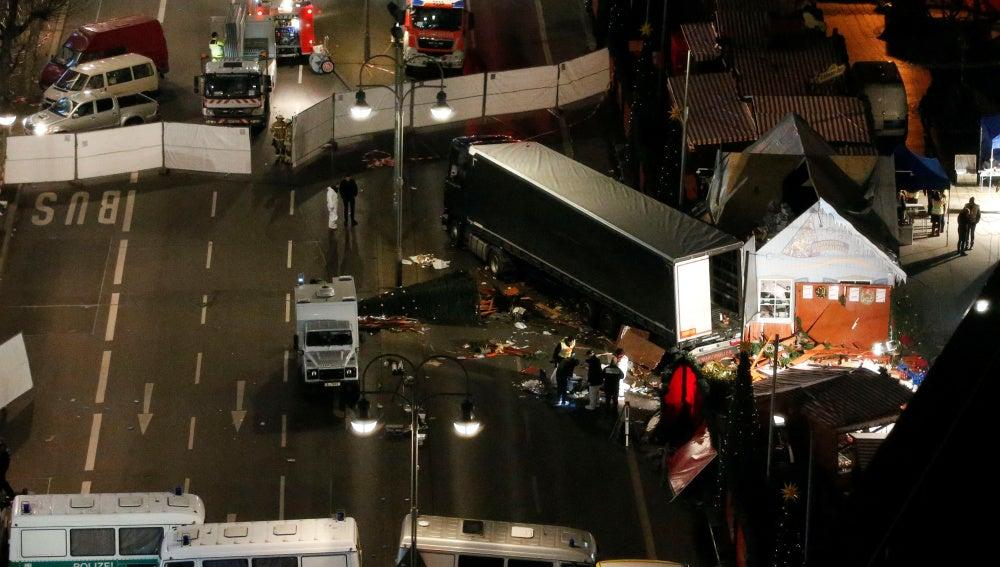 El camión tras chocar con el mercado navideño