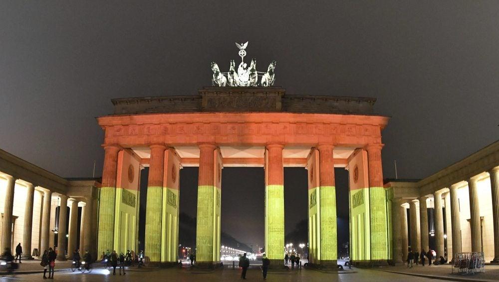 Puerta de Brandenburgo con los colores de la bandera nacional