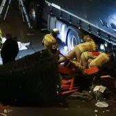 Los equipos de emergencias tratan de liberar a personas atrapadas