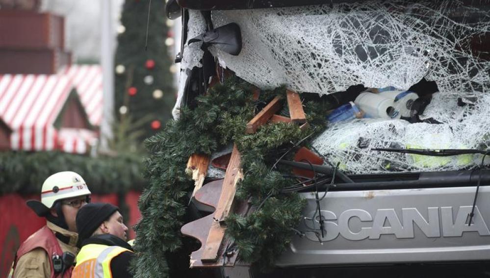 n policía y un bombero inspeccionan el camión del atentado en Berlín