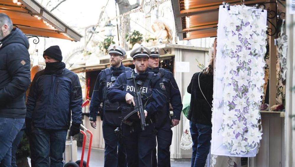 Agentes de policía patrullan por el mercadillo navideño en Berlín