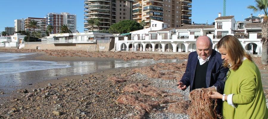 La alcaldesa de Benicàssim, Susana Marqués, acompañada por concejal de servicios públicos, Clemente Martín, han visitado las playas para comprobar su estado
