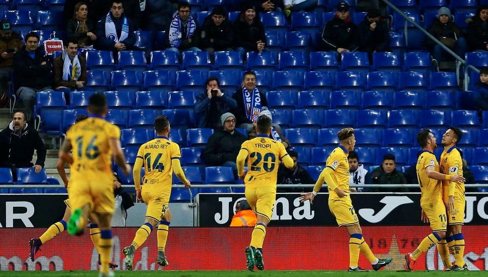 Los jugadores del Alcorcón celebran el gol de Álvaro Giménez contra el Espanyol