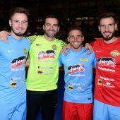 Los hermanos Saúl del Atlético, Jonathan del Alcoyano y Aarón del Tenerife, con Monserrate Hernández