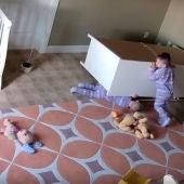 Un hermano ayuda a su gemelo a salir de debajo de un armario