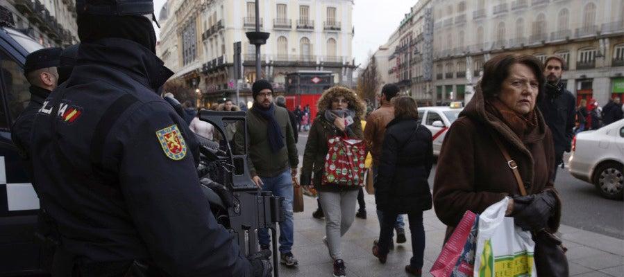 Más de 100.000 efectivos velarán por la seguridad en las cabalgatas Agentes de Policía armados patrullan en la Puerta del Sol de Madrid. EFE/Archivo Más de 100.000 efectivos velarán por la seguridad en las cabalgatas