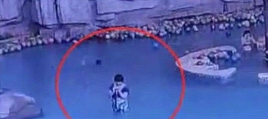 Mujer distraida mientras su hijo se ahoga
