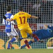El centrocampista del Sevilla, Pablo Sarabia golpea el balón ante el guardameta argentino de la Real Sociedad, Gerónimo Rulli