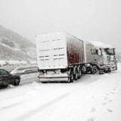 Carretera cubierta por la nieve