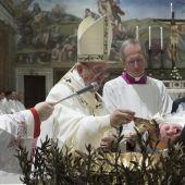 El Papa Francisco durante los bautizos en la Capilla Sixtina