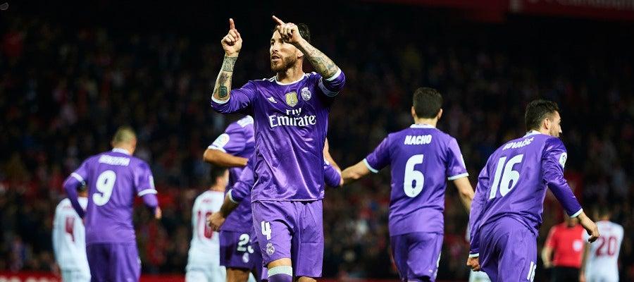 Sergio Ramos hace un gesto a parte de la grada sevillista en el Pizjuán
