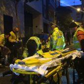 Efectivos del Samur de Protección Civil que practican maniobras de reanimación al joven de 25 años fallecido.