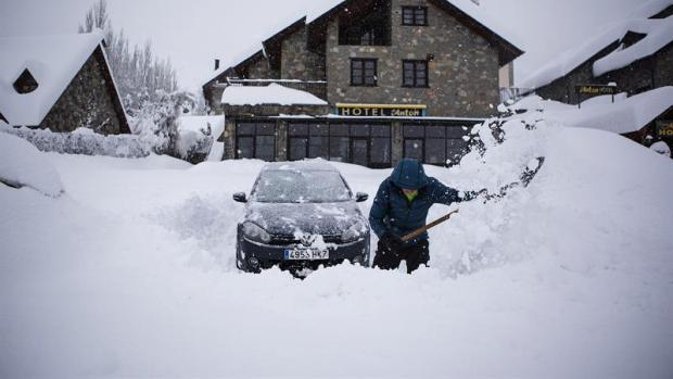 Un hombre intenta desenterrar su coche en Benasque (Huesca)