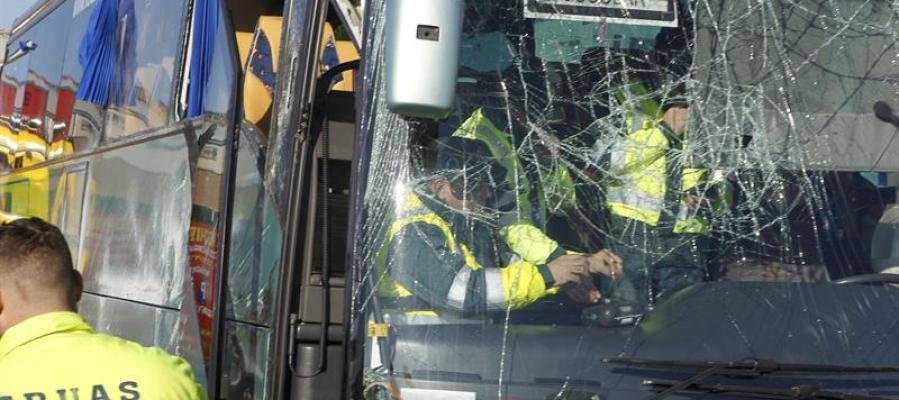 Estado en que ha quedado el autobús escolar que ha volcado esta mañana en la carretera M-506 en Fuenlabrada
