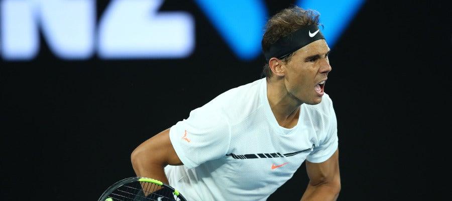 Rafa Nadal golpea la bola durante un partido del Open de Australia