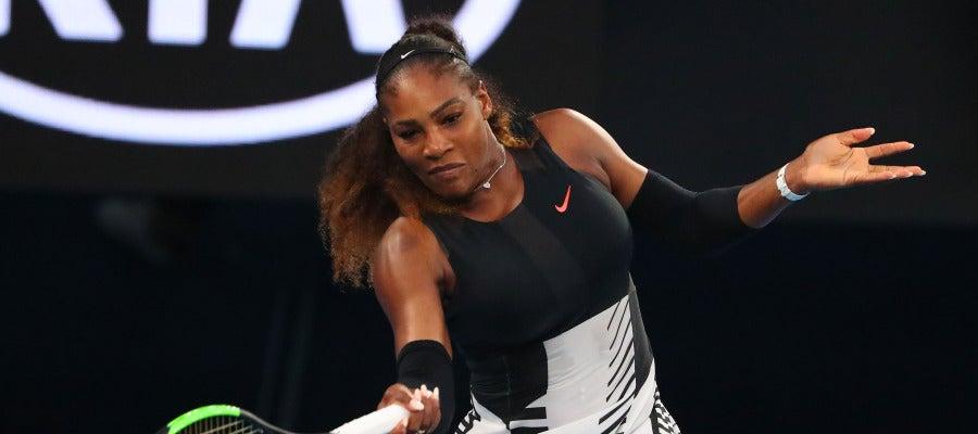 Serena Williams golpea la bola en el Open de Australia