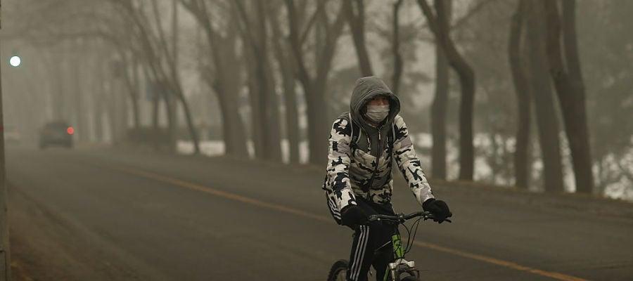 Un hombre montando en bici en China
