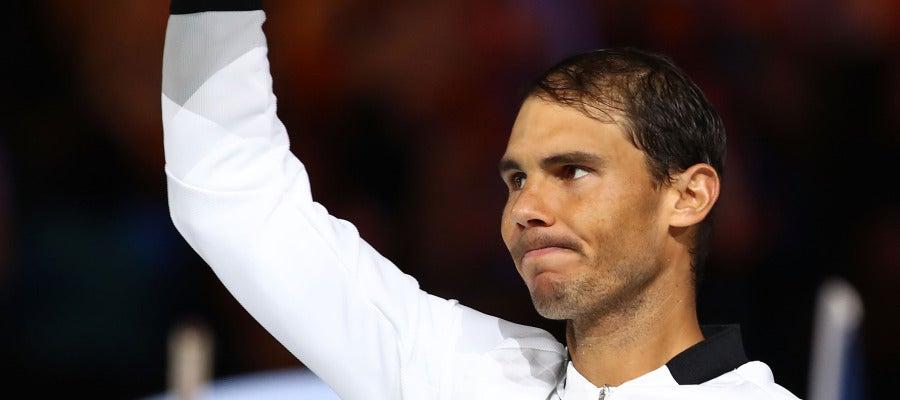 Rafa Nadal enseñando su trofeo conseguido en Australia