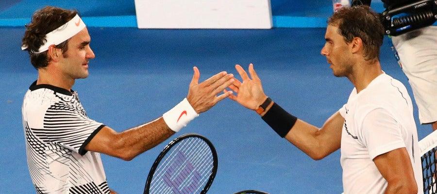 Rafa Nadal y Roger Federer se dan la mano tras terminar el partido