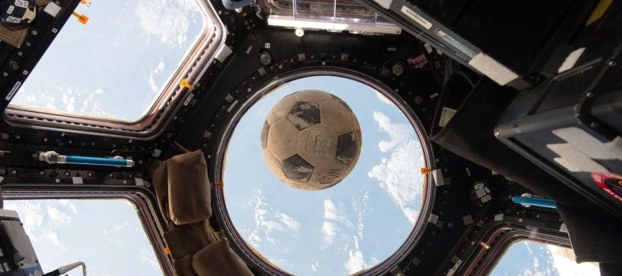 El balón orbitando en la Estación Espacial Internacional