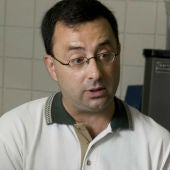 Larry Nassar, en su consulta