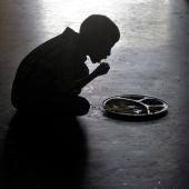 Un niño comiendo en un orfanato de la India
