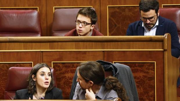 Las preguntas de Amón: ¿Va a colocarse Pablo Iglesias unos retrovisores en su escaño como precaución con Errejón?