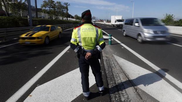 Un mosso d'esquadra controla los vehículos en Barcelona
