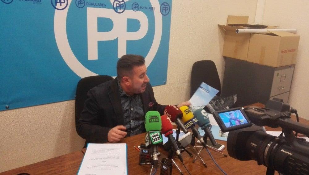 Luis Ángel Mateo, concejal del PP en una rueda de prensa en el Ayuntamiento de Elche.