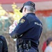 policia nacional con una amiga de la fallecida en chapela
