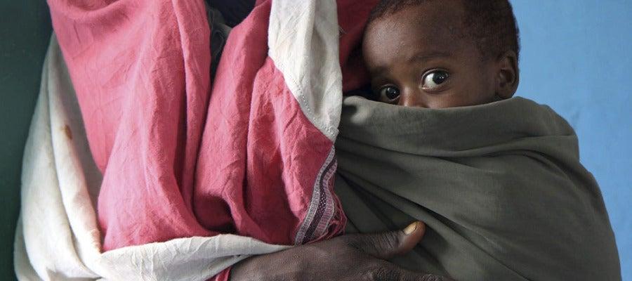 Bebé de Somalia junto a su madre