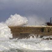 Viento,  oleaje ponen en alerta a cinco comunidades