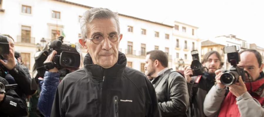 El padre Román, a su llegada a la sede de la Audiencia Provincial de Granada