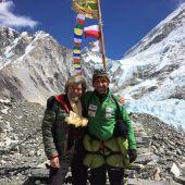 Reinhold Messner y Alex Txikon posan en el Campo Base