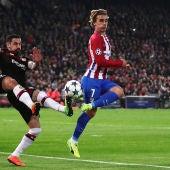 Griezmann trata de rematar ante la defensa del Leverkusen