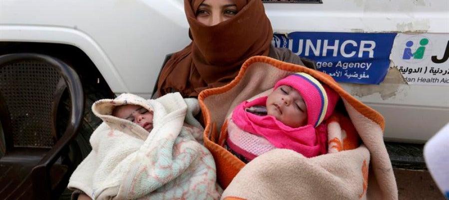 Una refugiada siria espera pare recibir ayuda médica en una clínica cerca del campo de refugiados de Rukban, en la frontera entre Jordania y Siria