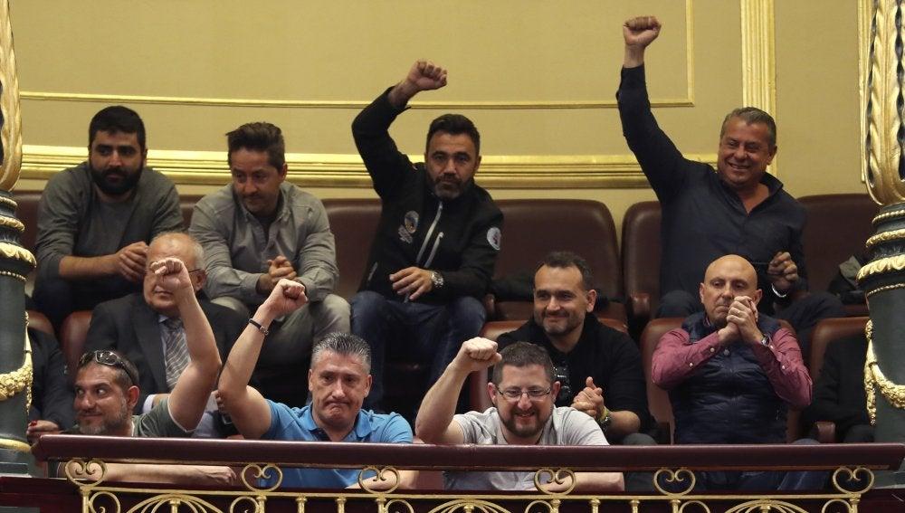 Un grupo de estibadores saludan desde la tribuna de invitados del Congreso