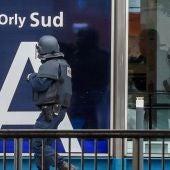 Policías armados intervienen en el aeropuerto de París