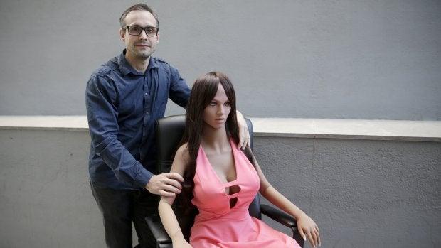 La muñeca Samantha y su creador, Sergi Santos