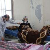 Una mujer es atendida tras el ataque químico en Siria