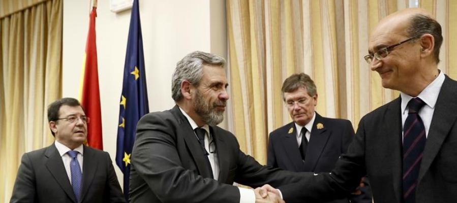 Daniel de Alfonso saluda al diputado del PNV, Mikel Legarda Uriarte