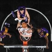 Pau Gasol machaca el aro ante tres jugadores de los Lakers