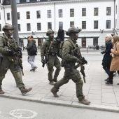 Miembros de las fuerzas especiales se despliegan en la estación central en el centro de Estocolmo