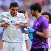 Pepe se retira lesionado del Bernabéu con un médico del Madrid
