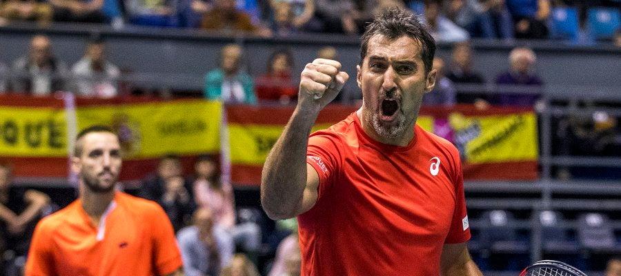 Los serbios Nenad Zimonjic y Viktor Troicki celebran un punto en la Copa Davis