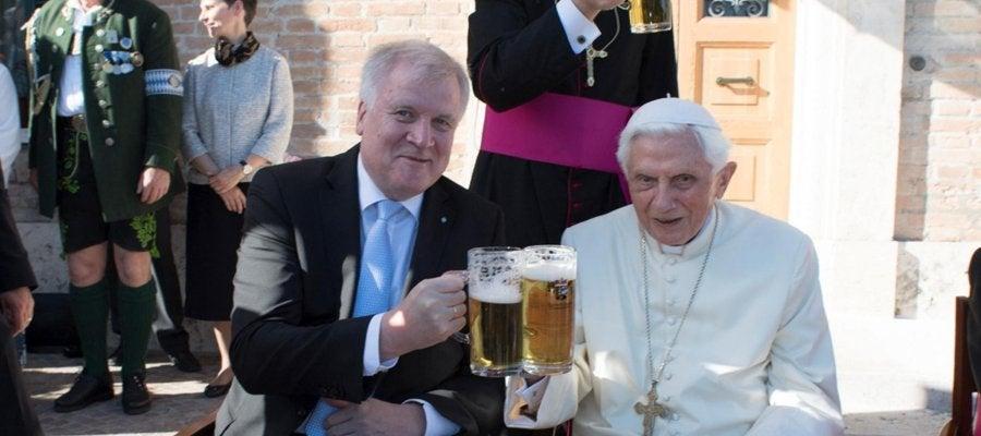 Benedicto XVI brinda por su cumpleaños