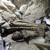 Arqueólogos egipcios documentan el contenido de una tumba de la necrópolis de Dra Abu al Naga en Luxor