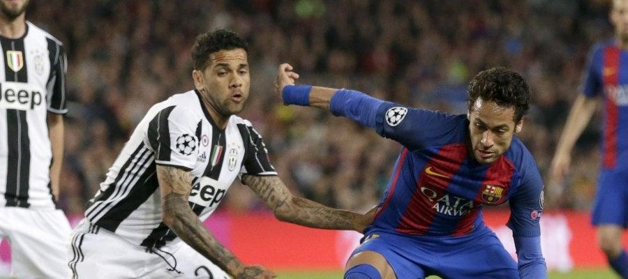Neymar lucha con el balón con Dani Alves.
